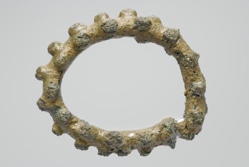 Anneau perlé en bronze